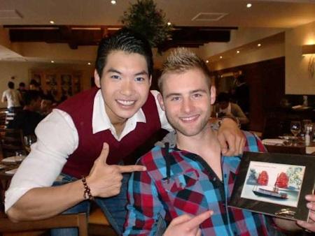 Trương Nam Thành và các bạn thí sinh chụp hình lưu niệm chung với món quà