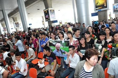 Rất đông các fan đã chờ Bằng Kiều từ sớm