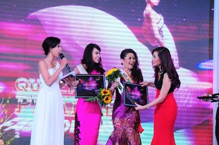 Chủ nhà Thu Hương tặng quà lưu niệm cho các khách mời