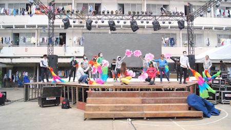 Sân khấu đã được dựng lên rất khẩn trương giữa lòng sân trường