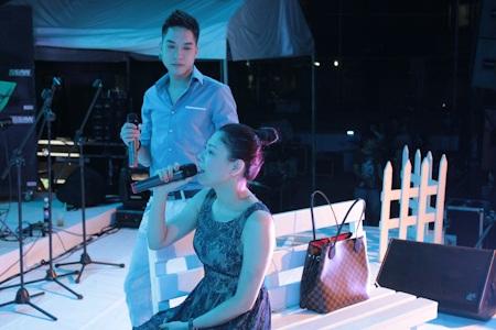 Thanh Thảo bị đau lưng nên chỉ có thể ngồi hát