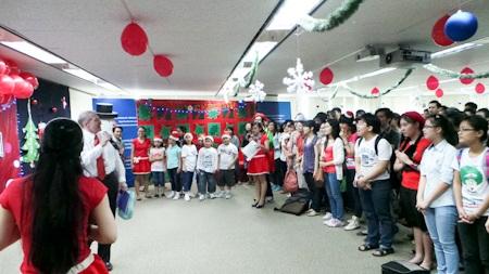 Buổi lễ giáng sinh sớm được diễn ra tại Trung tâm Hoa Kỳ của Tỗng lạnh sự quán Hoa Kỳ tại TP HCM.