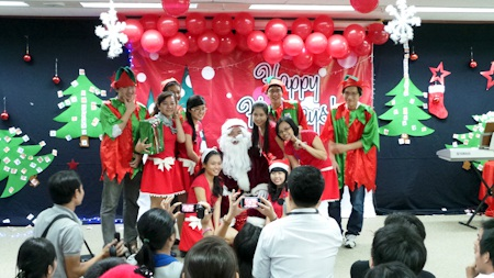 Ông Tổng lãnh sự đã dành thời gian để vui chơi, tặng quà cho các em nhỏ