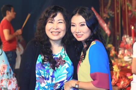 NSND Hồng Vân dẫn đầu đoàn sân khấu kịch Hồng Vân đến tham gia lễ giỗ tổ cùng sân khấu 5B