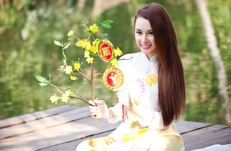 Angela Phương Trinh khoe dáng cùng Hương Giang Idol