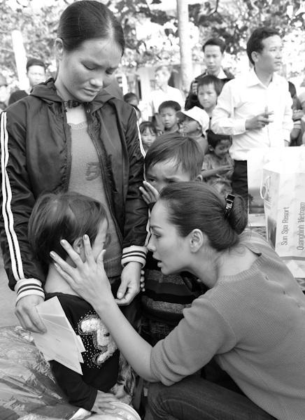 Thuý Hạnh hỏi thăm một em bé mồ côi