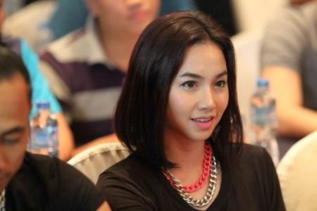 Trong khi Hà Tăng say sưa phát biểu thì ở dưới, chồng cô chăm chú lắng nghe.