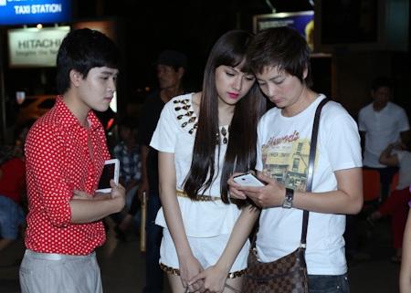 Hương Giang và Thuý Vinh ra sân bay đón Chế Linh