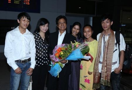 Gia đình Chế Linh tại sân bay