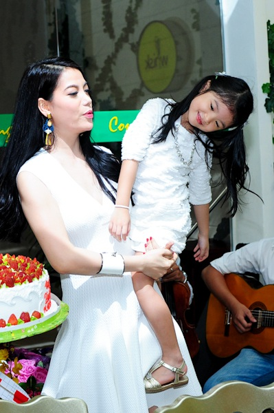 Hai mẹ con cắt bánh, thổi nến một mình vì ông xã Trần Bảo Sơn bận ở trường quay