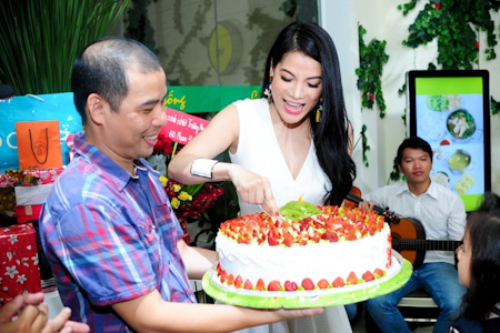 Trương Ngọc Ánh hạnh phúc trong ngày sinh nhật