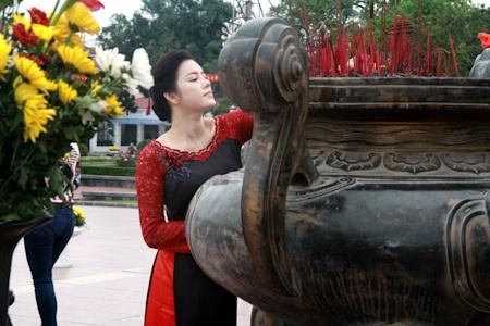 Lý Nhã Kỳ duyên dáng trong tà áo dài khi tới thăm thành phố Nam Định