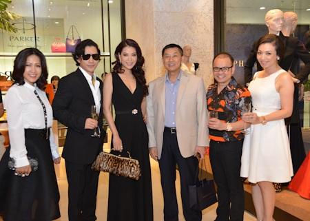 Các vị khách mời và ông Jonathan Hạnh Nguyễn (áo vest xám) - bố chồng của Hà Tăng