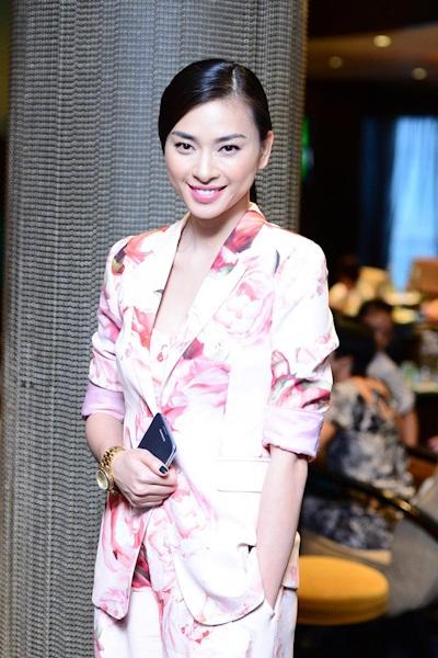 Với bộ vest hoa, Ngô Thanh Vân xinh đẹp nhưng vẫn không kém phần cá tính