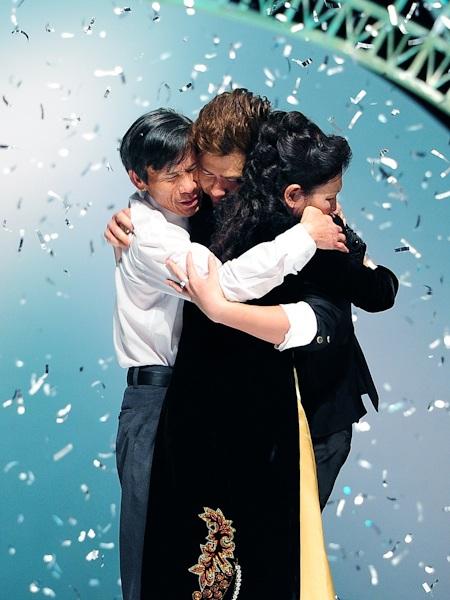 Minh Hà và gia đình vỡ oà niềm vui