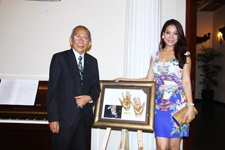 Mẫu bàn tay của Trương Ngọc Ánh bán được 150 triệu dành cho từ thiện