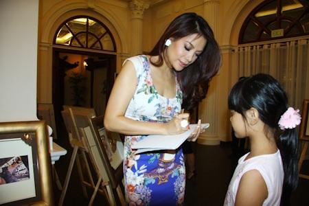 Trương Ngọc Ánh ký tặng fan nhí