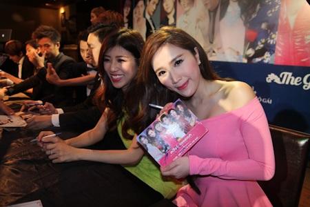 Các ca sĩ ký tặng fan