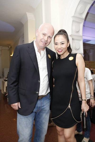 Ông xã của Thu Minh tới ủng hộ vợnhận giải thưởngdo tạp chí