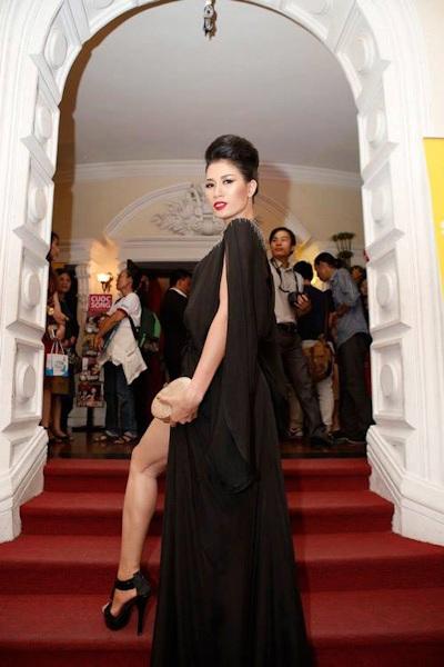 Trang Trần khoe chân dài