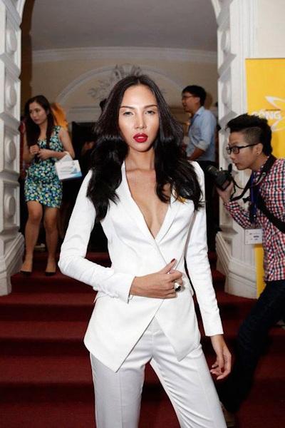 Người mẫu Minh Triệu gợi cảm với vest