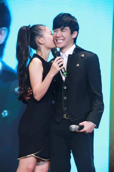 Thu Minh tặng người em thân thiết Nathan Lee nụ hôn thay lời chúc mừng
