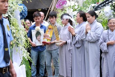 Đúng 7h sáng nay, đám tang của Wanbi đã diễn ra với sự góp mặt của đông đủ bạn bè và người thân