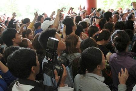 Rất đông người hâm mộ đến tiễn đưa anh