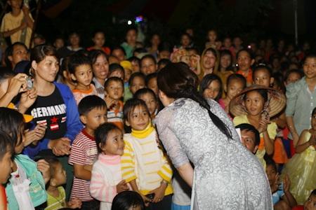 Có rất đông những đứa trẻ ở các vùng lân cận cũng được tới dự