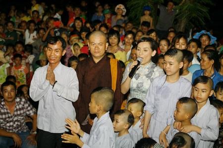 Phi Nhung tặng 700 phần quà trung thu cho các em