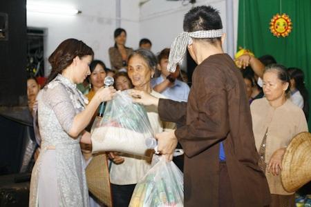 Ngoài ra cô cũng dành tặng 100 phần quà cho bà con nghèo tại đây