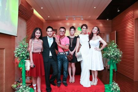 Minh Luân và bạn bè trong ngày khai trương