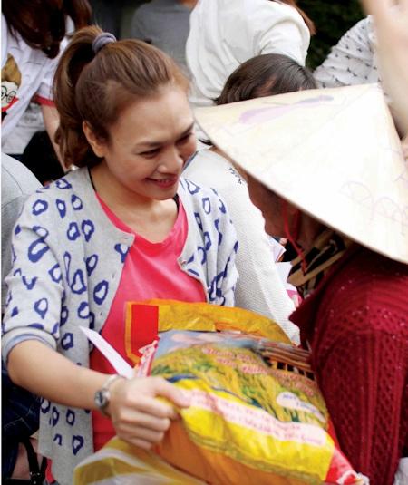 Cô trao tặng nhiều phần quà cho người dân tại đây