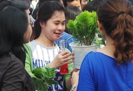 Niềm vui của các bạn trẻ TPHCM khi tham gia chương trình đổi nắp chai lấy cây xanh