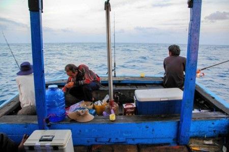 Vị trí ngồi câu thường là đuôi của ghe, nơi ít chịu sóng và khả năng dính cá cao.