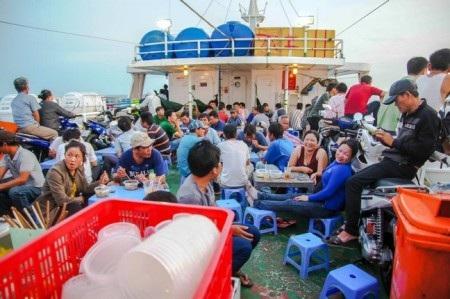 Boong tàu khá đông người khi đang chạy trên sông.