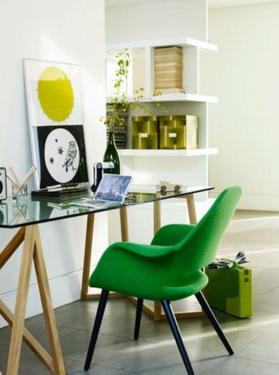 Không gian trắng hòa hợp và tràn trề năng lượng với điểm nhấn ghế xanh.