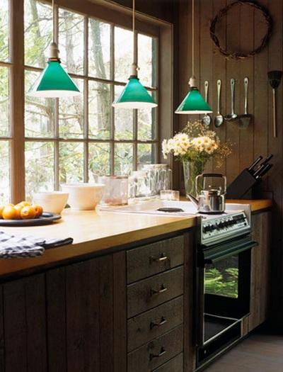 Đèn thả màu xanh đối với gỗ sẫm màu trong không gian bếp