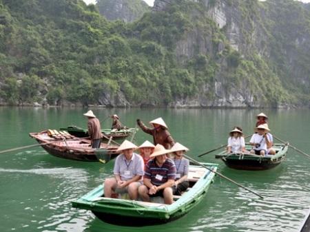 Khách du lịch sử dụng dịch vụ chèo thuyền trên làng chài Vung Viêng.