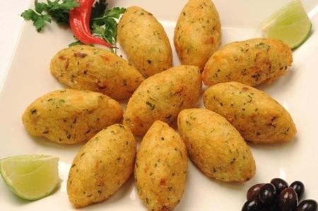 Món bánh cá tuyết Bacalhau của Bồ Đào Nha được dùng kèm bánh mỳ và phô mai