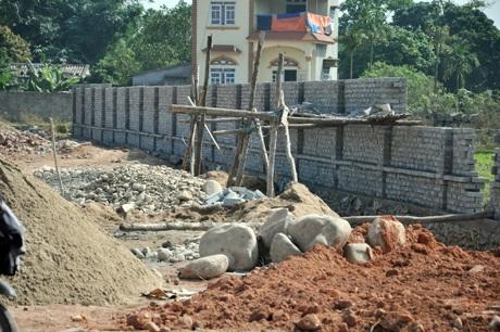 Hệ thống tường rào bao quanh chợ cơ bản xây dựng xong.