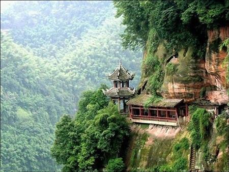 Những ngôi chùa chênh vênh bên sườn núi