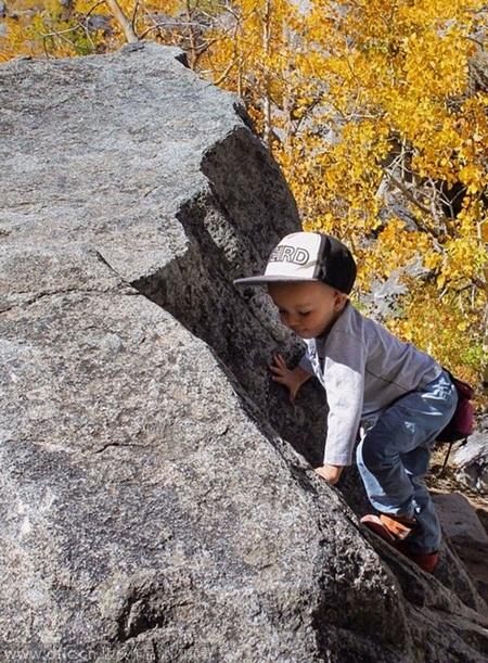 Hình ảnh cậu nhóc 2 tuổi vượt qua nhiều cung đường hiểm trở khiến cộng đồng mạng khâm phục