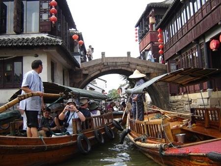 Những chiếc thuyền gỗ san sát trên sông