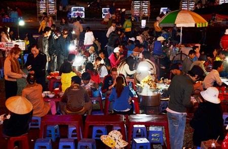 Các quán hàng luôn đông nghẹt thực khách ăn khuya
