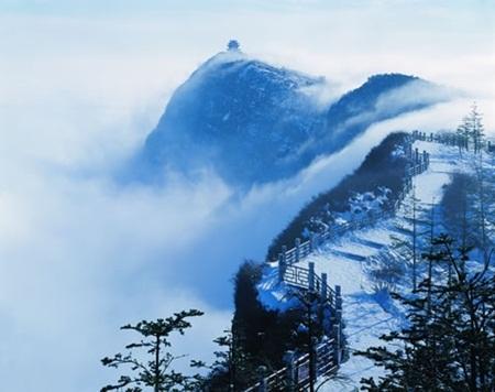 Lối đi bao phủ tuyết trắng khi đông về