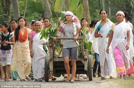 Sau lễ cưới, cặp đôi được dân làng hộ tống ra bờ sông