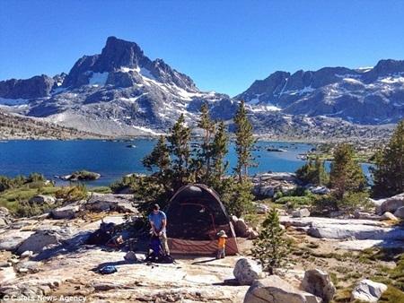 Bé giúp bố dựng lều khi dừng ở Thousand Island Lake, California