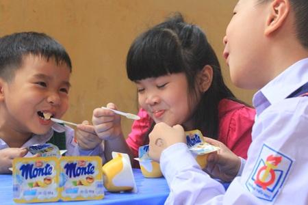 Váng sữa được trẻ em coi là quà bố mẹ phát sau mỗi chiều đi học về