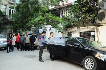 Gia đình và hàng xóm ngạc nhiên khi thấy chiếc xe đến đón anh Tuấn